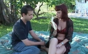 imagen Un picnic romántico con una madura pelirroja