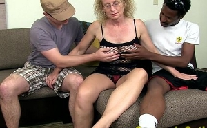 imagen Cincuentona disfrutando de su primer trío