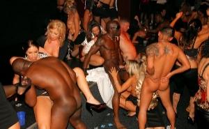 imagen Follando con chicas borrachas en medio de la discoteca