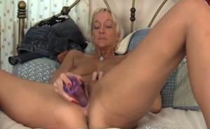 imagen Madura caliente masturbándose con un gran dildo