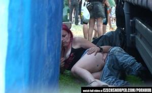 imagen Pareja borracha en un concierto