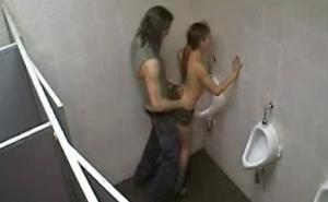 imagen Cámara de seguridad graba a una pareja follando en el baño