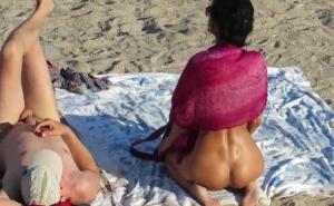 imagen Señoras anónimas desnudas en playas nudistas