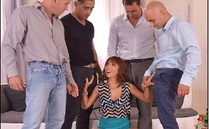imagen Pija pelirroja tiene sexo duro con cuatro buenos amigos