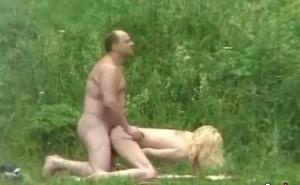 imagen Graba escondido a una pareja madura follando en el bosque